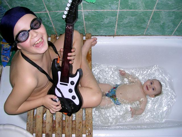 веселая мамка в ванной